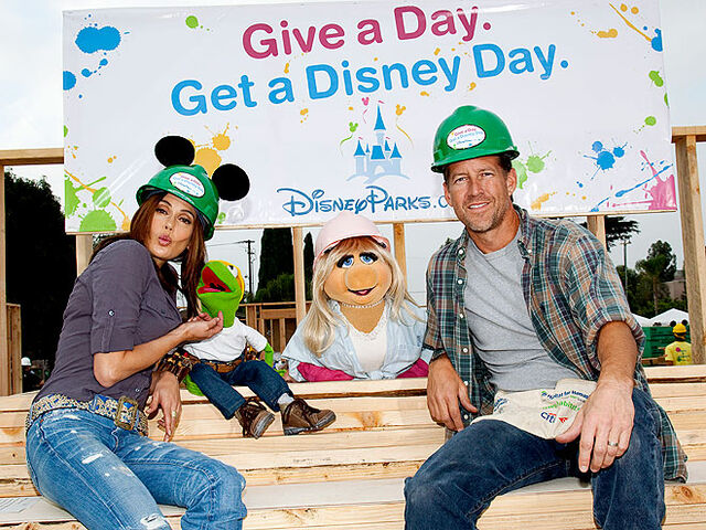 File:Kermit and Piggy at Get A Disney Day.jpg