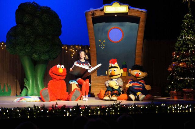 File:Kerst-in-Sesamstraat-in-het-theater.jpg