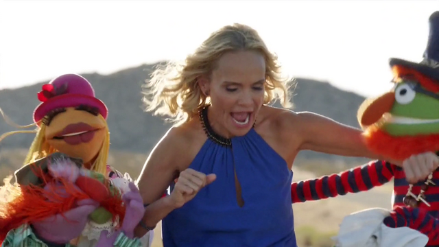 File:TheMuppets-S01E06-EM-OutsideFighting05.png