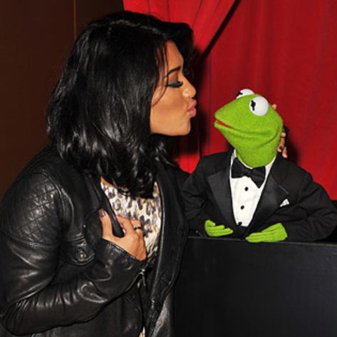 File:TheMuppets-UK-Premiere-Kiss-VanessaWhite&Kermit.jpg