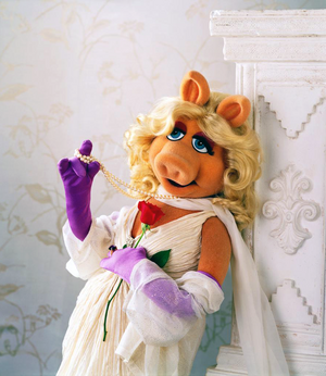 MissPiggy-Rose&Pearls