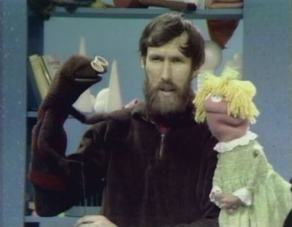 File:MuppetPuppetPlays06.jpg