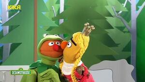 Sesamstrasse-TheFrogprince-Ernie&Bert-Kiss01-(2011)