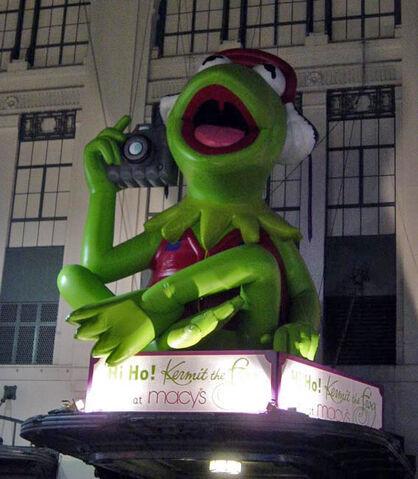 File:Kermit Frogtographer balloon.jpg