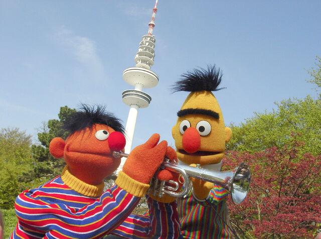 File:Ernie&Bert-HamburgFernsehturm.jpg