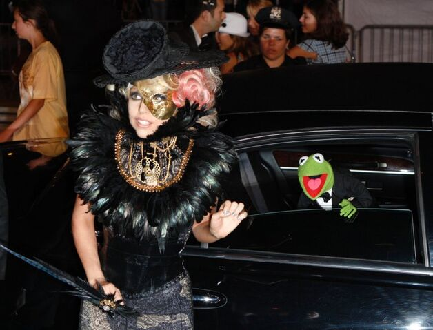 File:LadyGaga-Kermit-MTV-VMAs2009.jpg