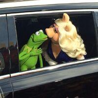 Kiss kermit piggy MMW Hollywood premiere arrival