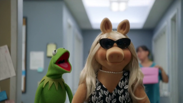 File:TheMuppets-S01E05-PiggySunglasses.png