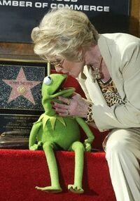 TheHollywoodWalkOfFame-Kiss-Kermit&TippiHedren-(2002-11-15)