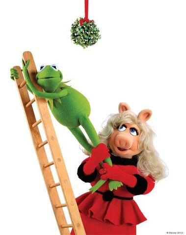 File:Piggy Kermit Ladder (No Hat).jpg