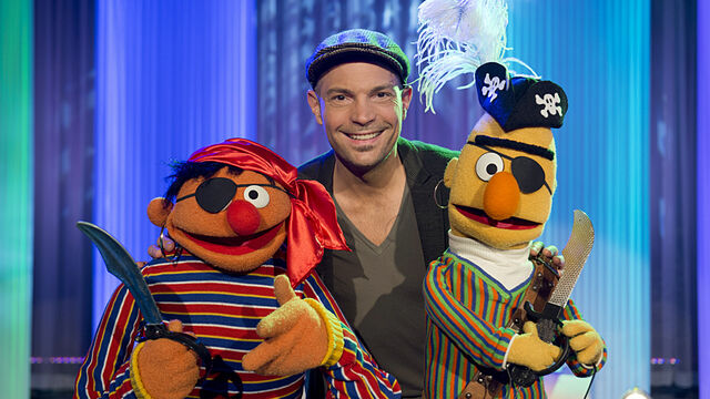File:Sesamstrasse-Ernie&BertSongs-RogerCicero-ZiehtDasZeugAus-(2013-02-14).jpg