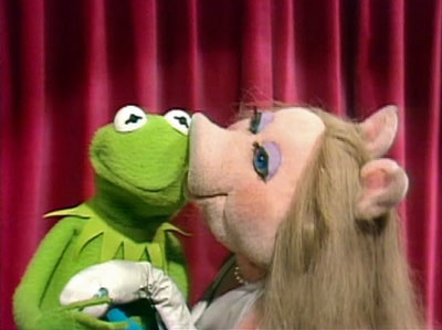 File:Kiss kermit piggy tms115.jpg