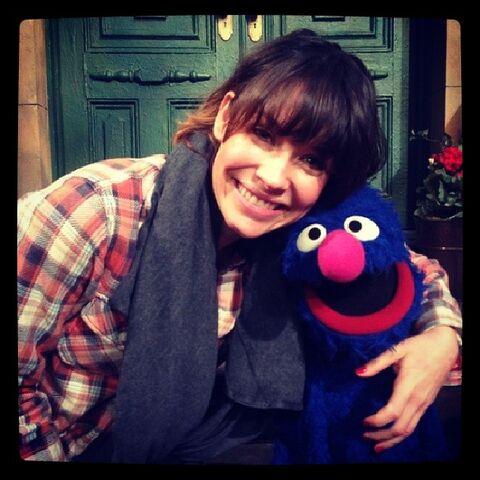 File:Evangeline Lilly and Grover.jpg