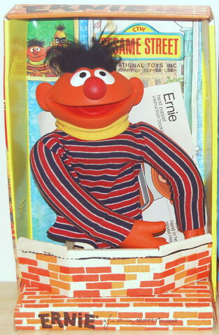 File:Topper sesame 1971 ernie box.jpg
