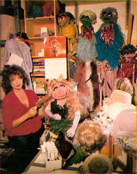 BarbaraDavis-and-MissPiggy-1980-02b