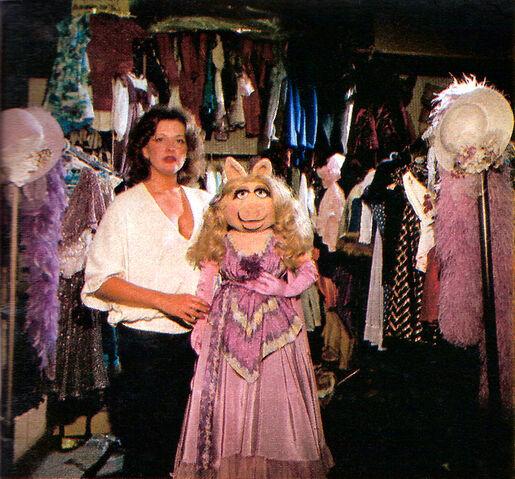 File:BarbaraDavis-and-MissPiggy-1980-01b.jpg