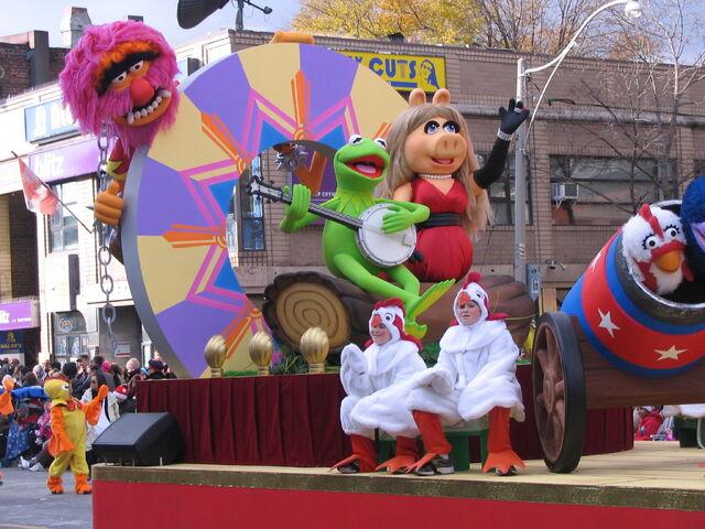File:2011 Toronto Santa Claus Parade float b.JPG
