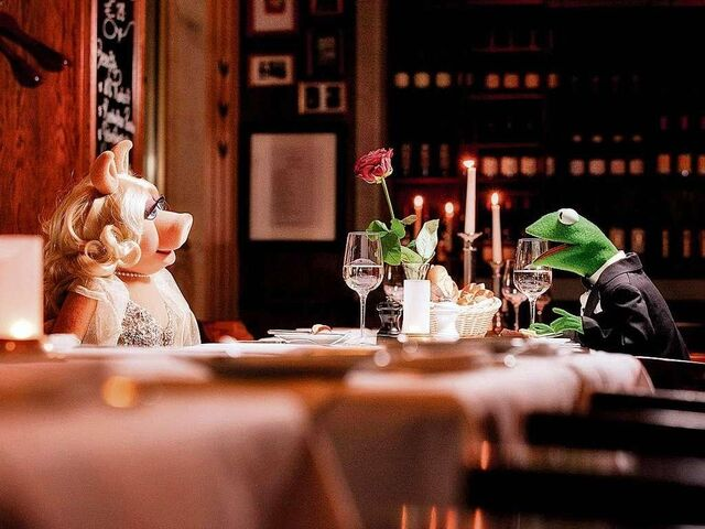 File:Germany-Berlin-Hotel-Ritz-Carlton-Kermit&Piggy-(2012-01)-03.jpg
