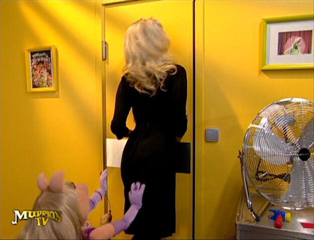 File:MuppetsTV-Episode01-PiggyGoof.jpg
