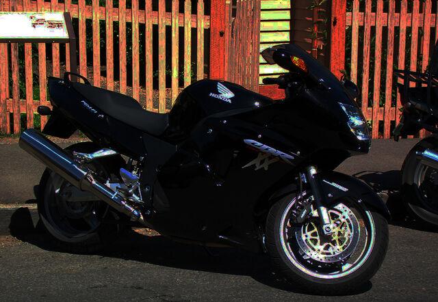 File:Honda-CBR 1100XX Super Bla mp22 pic 30363.jpg