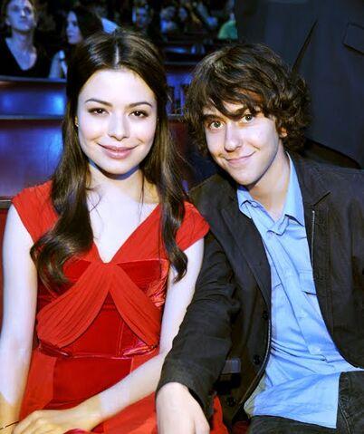 File:Miranda Cosgrove y Nat Wolff MTV Movie Awards 2010.jpg