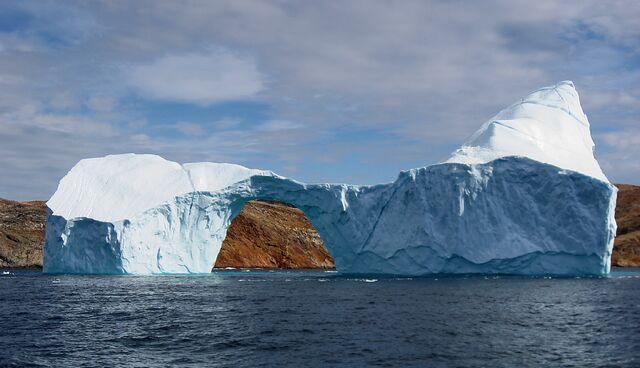 File:Iceberg with hole near sanderson hope 2007-07-28 2.jpg