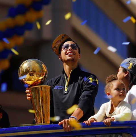 File:Stephen-Curry-and-Family-Celebrate-Golden-States-Win-on-a-Parade-Float-in-Oakland-California-Riley-Pie-3.png