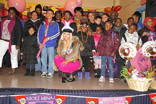 File:Nicki-minaj-hands-out-free-turkeys-to-her-old-school-in-queens14.jpg