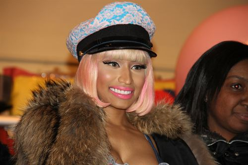 File:Nicki-minaj-hands-out-free-turkeys-to-her-old-school-in-queens7.jpg