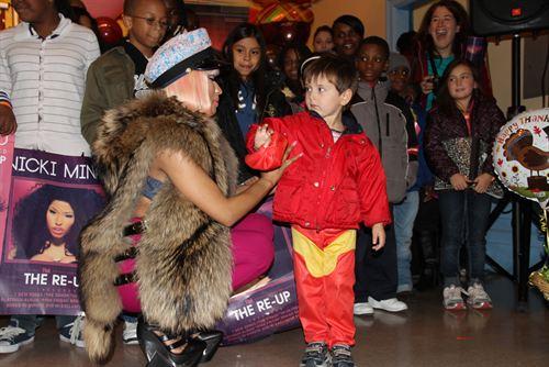 File:Nicki-minaj-hands-out-free-turkeys-to-her-old-school-in-queens3.jpg