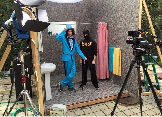 File:Filming Eating Food in the Shower.jpg