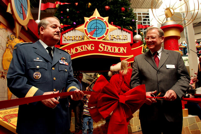 File:Citadel Mall - Santa Tracking Station Opening - 17 Nov 2005 - 112105 hi - V2.jpg