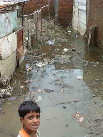 Slika:Kid-with-Stagnant-Water.jpg