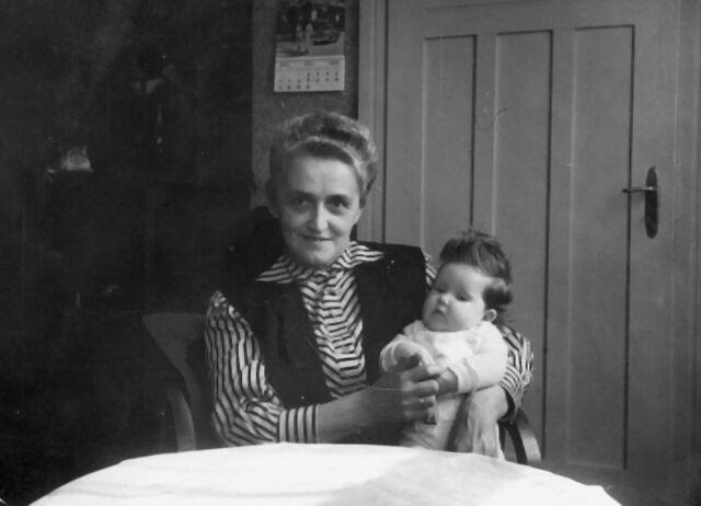 Datei:Martha Oelfke mit Enkelkind.jpg