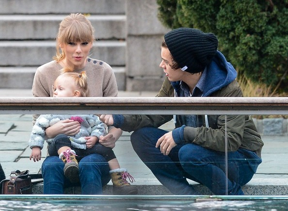 File:Taylor Swift Harry Style go Central Park Zoo O88sqld0S4Cl.jpg