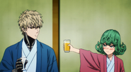 Tatsumaki giving Genos her drink