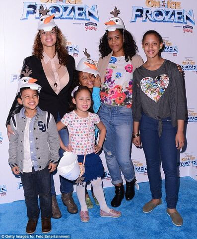 File:Dascha and her three kids at the Frozen premiere 2014.jpg