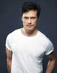 File:Outlander Wiki Sam-Heughan Actor 01.jpg