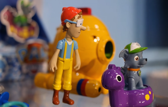 File:PAW Patrol Cap'n Turbot Captain Toy with Diving Bell and Rocky.png
