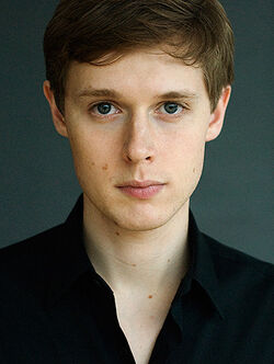 Samuel-Barnett-as-Renfield