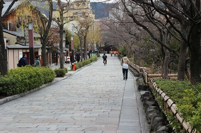 File:Kyoto walk to gion.jpg