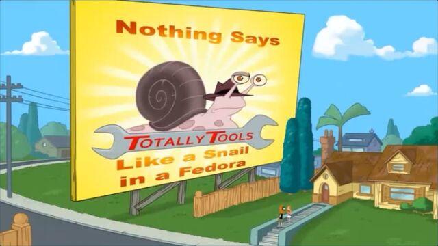 File:Snail in fedora.JPG