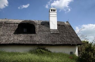 7493493-old-thatched-cottage-in-aszofoe-at-lake-balaton-hungary