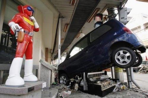 File:Akarenger statue tsunami.jpg