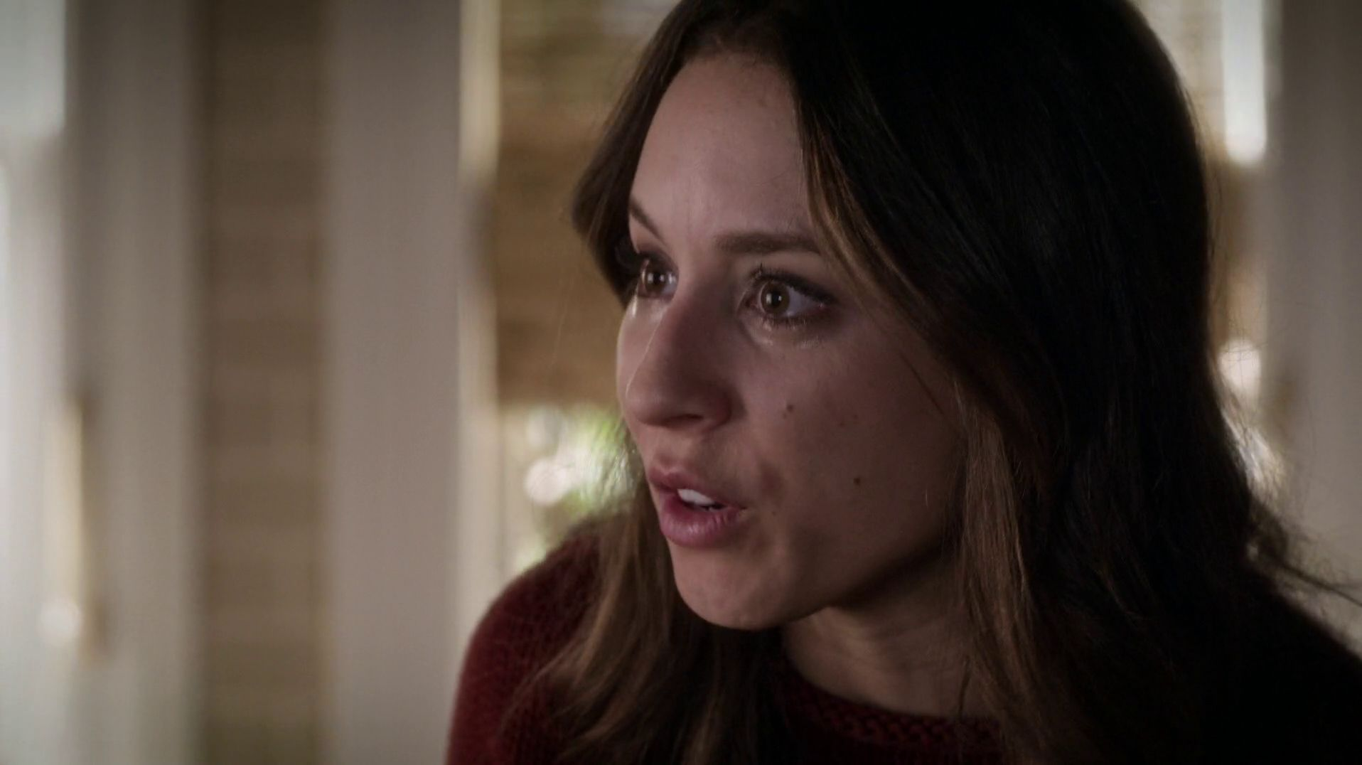 Related spencer hastings living room hanna marin kitchen - In The Hastings Residence Veronica Is Telling Spencer That She S Sure That The School Board Took Her Feelings Into Consideration In The Fields Household