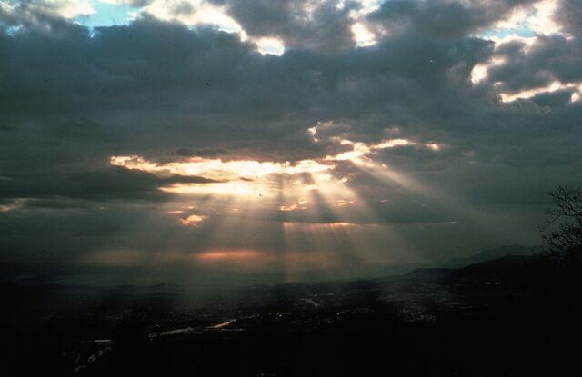 File:Crepuscular rays8 - NOAA.jpg