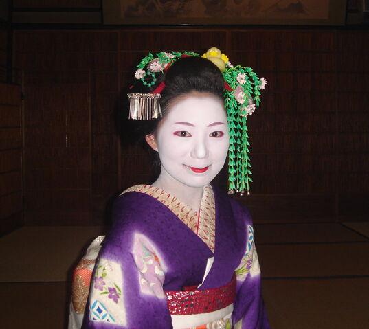 File:Maiko in Gion.jpg