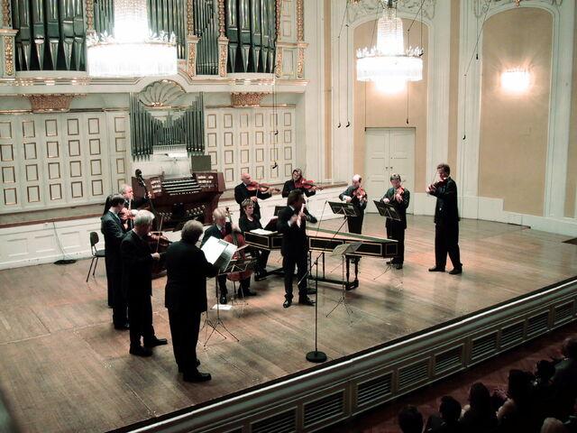 File:Mozarteum grosser saal buehne mit orchester.jpg