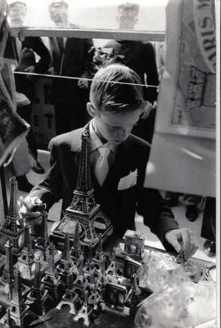 File:1957-08-16 gift shop Paris.jpg