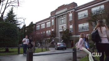 https://vignette1.wikia.nocookie.net/riverdalearchie/images/5/51/Season_1_Episode_1_The_River%27s_Edge_Riverdale_High_School.png/revision/latest/scale-to-width-down/350?cb=20170127140403